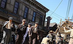 戦前カナダの街並みを再現したセットで 撮影が進められている「バンクーバーの朝日」「バンクーバーの朝日」