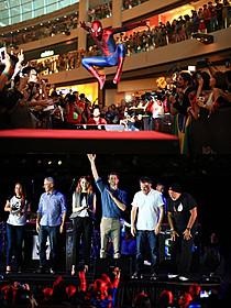 イベントに登場したスパイダーマン(上)とキャスト陣(下)「アメイジング・スパイダーマン2」