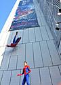 中村獅童が除幕!銀座ソニービル壁面にスパイダーマンが出現!
