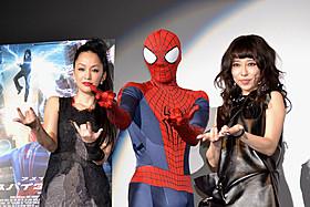 抜群のコラボレーションを披露した 中島美嘉(左)と加藤ミリヤ(右)「アメイジング・スパイダーマン2」