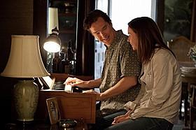カンバーバッチがラブソングを弾き語り「8月の家族たち」