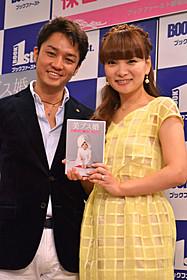 2ショットを披露した 保田圭と夫の小崎陽一氏