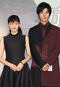 初共演した綾瀬はるかと松坂桃李「モナリザ」