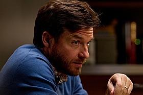 息子が自殺未遂を起こした原因が分からず 苦悶する父親役を熱演するベイトマン「ディス/コネクト」