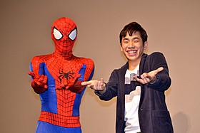 家族へ思いを語った後はスパイダーマンと決めポーズ「アメイジング・スパイダーマン」