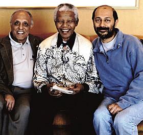 (左から)カトラダ氏、マンデラ氏、プロデューサーのアナント・シン「マンデラ 自由への長い道」