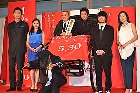 藤原竜也と中田秀夫監督は人力車に乗って登場「MONSTERZ モンスターズ」