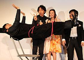 宙に浮く劇団ひとり監督(手前)と 大泉洋、柴咲コウ、マジック監修の魔耶一星「青天の霹靂」