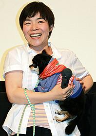愛犬ジュリエットを抱く山田花子「一分間だけ」
