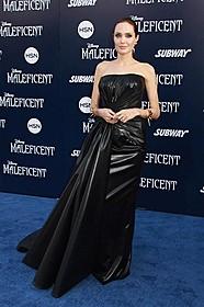 レザー調のドレスを着こなした アンジェリーナ・ジョリー「マレフィセント」