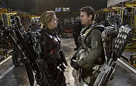 (左から)ともに試練に挑むリタ(エミリー・ブラント) とケイジ(トム・クルーズ)「オール・ユー・ニード・イズ・キル」