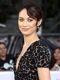 国連の通訳者を演じるオルガ・キュリレンコ「007 慰めの報酬」
