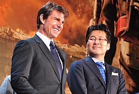 (左から)感無量のトム・クルーズと、映画を絶賛した原作者の桜坂洋「オール・ユー・ニード・イズ・キル」
