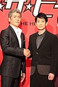 握手を交わす吉川晃司と唐沢寿明「イン・ザ・ヒーロー」