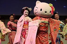 ハローキティとJAPAN EXPOに登場した上白石萌音「舞妓はレディ」