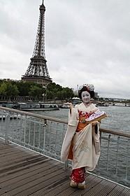 舞妓姿でエッフェル塔を訪れた上白石萌音「舞妓はレディ」