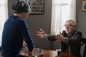 バネッサ・パラディ演じる未亡人アヴィガル、 ウッディ・アレン扮するマレー「ジゴロ・イン・ニューヨーク」