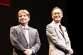 壇上で笑みを浮かべる渡辺謙とギャレス・エドワーズ監督