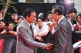 握手を交わす渡辺謙と宝田明「ゴジラ」