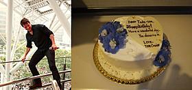 福岡会場でのトム(左)と 戸田奈津子さんに贈ったバースデーケーキ「オール・ユー・ニード・イズ・キル」
