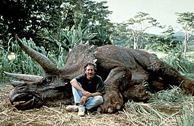 小道具の恐竜と一緒に記念撮影したスピルバーグ監督「ジュラシック・パーク」