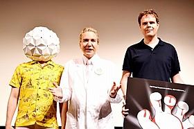 デーブ・スペクターとランディ・ムーア監督(右)「エスケイプ・フロム・トゥモロー」