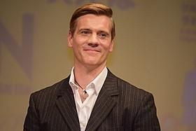 舞台版「雨に唄えば」で主演を務めるアダム・クーパー「雨に唄えば」