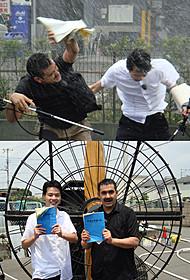 暴風雨の中で体感型アフレコに挑戦中のデニス (左から植野行雄、松下宣夫)(写真上)と 巨大扇風機を背に作品をPRする2人(写真下)「イントゥ・ザ・ストーム」