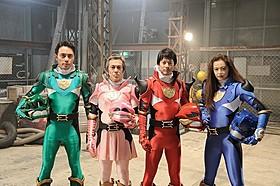 「神龍戦士ドラゴンフォー」に扮したキャスト陣 左から日向丈、寺島進、唐沢寿明、黒谷友香「イン・ザ・ヒーロー」