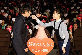 """かき氷を""""あーん""""する福士蒼汰と川口春奈「好きっていいなよ。」"""