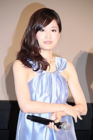口の悪い週刊誌記者役を演じた前田敦子「エイトレンジャー」