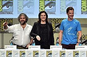 (左から)ジャクソン監督、共同製作者で脚本家の フィリッパ・ボウエン、ベネディクト・カンバーバッチ「ホビット 決戦のゆくえ」