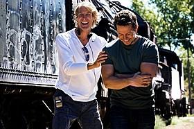 歩きながら出演交渉をしたというベイ監督(左)とウォールバーグ(右)「トランスフォーマー」
