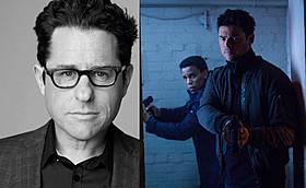 新たな世界観のドラマを作り上げたJ・J・エイブラムス(左)と、 同作の場面写真(右)「スター・トレック イントゥ・ダークネス」