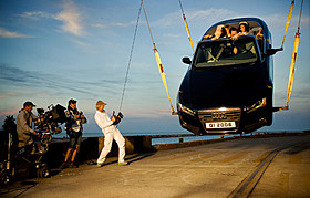 惜しげもなく高級車を使用するマイケル・ベイ監督(左)「トランスフォーマー ロストエイジ」