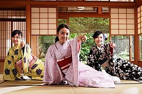 異色の方言ラップを披露する上白石萌音 (中央)と松井珠理奈、武藤十夢「舞妓はレディ」