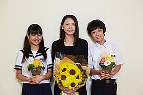 生徒役の恒松祐里(左)、下田翔大(右)とともに クランクアップを迎えた新垣結衣「くちびるに歌を」