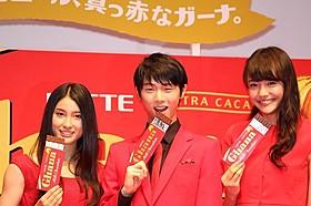 ロッテ新CMに出演する羽生結弦選手と土屋太鳳(左)、松井愛莉「想いのこし」