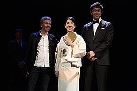 授賞式で喜びを仏語で語った吉永小百合「ふしぎな岬の物語」
