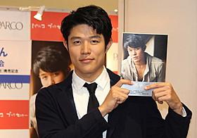 フォトブックの発売記念イベント に出席した俳優の鈴木亮平「HK 変態仮面」