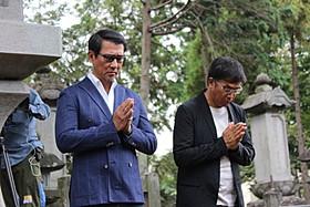神妙な面持ちの中井貴一と若松節朗監督「柘榴坂の仇討」
