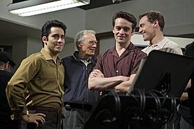 主要キャスト陣を演出中のイーストウッド監督(中央)「ジャージー・ボーイズ」
