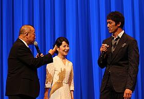 舞台挨拶に立った(左から) 笑福亭鶴瓶、吉永小百合、阿部寛「ふしぎな岬の物語」