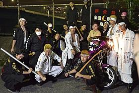 暴走族総長に扮し、バイクにまたがるMATSU(中央)
