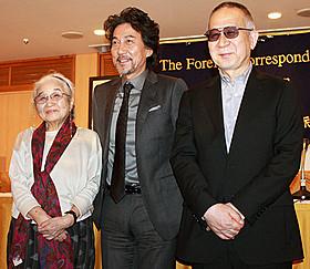 会見に出席した(左から) 野上照代さん、役所広司、小泉堯史監督「蜩ノ記」