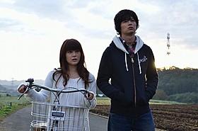 自称宇宙人の風俗嬢役・佐津川愛美(左)と主役の藤岡英樹「惑星ミズサ」