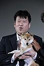 「幼獣マメシバ」一郎がファンに感謝状 佐藤二朗が土下座で手渡し
