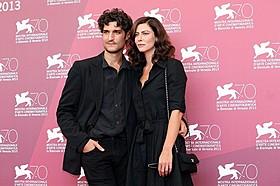 ベネチア映画祭に参加したルイ・ガレルとアナ・ムグラリス「ジェラシー」