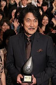 """""""感涙映画""""認定トロフィーを受け取った役所広司「蜩ノ記」"""