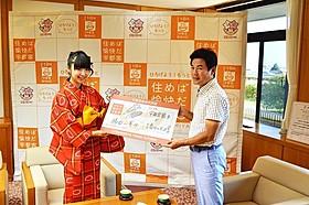 左より橘田いずみ、佐藤栄一 宇都宮市長